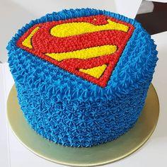Superman Cakes, Marvel Cake, Superhero Backdrop, Superhero Cake, Cool Cake Designs, Ironman Cake, Superman Birthday Party, Cake Decorating Piping, Pai