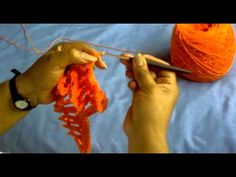 Video , in Spanish, showing how to crochet and use soda tabs. Totally awesomeness