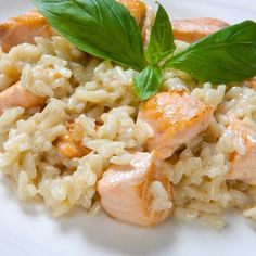 Risotto saumon au Cookeo – Ingrédients : 300 g de riz arborio,2 pavés de saumon,1 oignon,650 ml d'eau,1 cube de légumes