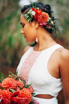 Red and Green Casual Hawaiian Wedding Ideas - beautiful hair styles for wedding Bride Hair Flowers, Flower Crown Wedding, Flower Crowns, Veil Hairstyles, Wedding Hairstyles With Veil, Latest Hairstyles, Wedding Hair And Makeup, Wedding Hair Accessories, Fashion Accessories