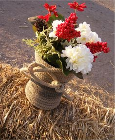 recycling team roping ropes into Vases! I have a TON in the barn! Crafty Craft, Crafty Projects, Projects To Try, Western Centerpieces, Western Decorations, I Love Diy, Basket Crafts, Rope Art, Cowboy Christmas