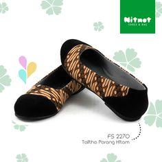 Flatshoes cantik dengan bahan batik cap halus kombinasi suede. Sol karet anti selip.