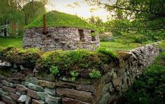 Dry Stack Stone Wall and buyding Dry Stack Stone, Stacked Stone Walls, Dry Stone, Living Roofs, Natural Homes, Roof Architecture, Natural Building, Earthship, Stone Houses