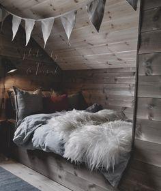• c a b i n • I morgen får vi gjester, og sengene fylles opp😊 Kalkunen er klargjort, så får vi håpe årets siste middag blir smakfull. (Aldri en selvfølge når jeg står på kjøkkenet😂🙈.) Håper dere alle får en fin feiring i morgen🎉 Cottage Design, Awesome Bedrooms, Dream Rooms, Future House, Decoration, Bean Bag Chair, Cabin, Interior Design, Inspiration