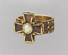 ring, gold with garnet and mother-of-pearl cloisonné, Merovingian (Frankish), 450–525(NY MMA 17.192.229)