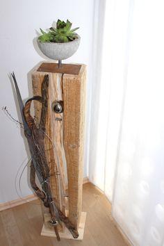 Große Holzsäule aus zwei Teilen!  Geeignet für Innen und Aussen! Verbunden mit zwei Chromstäben natürlich dekoriert mit einer Edelstahlkugel und einem Edelstahlherz! Betonschale zum bepflanzen auf Edelrostmetallfuß! Jede für sich ein Unikat!  Preis 100€