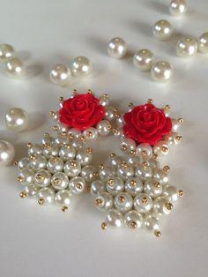 Aretes rojo con blanco perlas cristalizadas Beaded Earrings Native, Diy Earrings, Earrings Handmade, Handmade Jewelry, Bead Embroidery Jewelry, Fabric Jewelry, Clay Jewelry, Diy Jewellery Chain, Beaded Jewelry