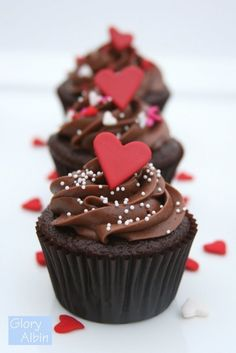 Having a wedding and need some cupcakes to dress up your dessert table? Here are some great cupcakes just for you! Best Chocolate Cupcakes, Yummy Cupcakes, Heart Cupcakes, Chocolate Hearts, Chocolate Cake, Love Cupcakes, Chocolate Cupcakes Decoration, Valentine Chocolate, Baking Cupcakes