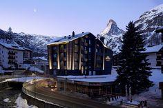 """DE: Mitten in Zermatt, das """"besondere"""" Hotel Mama Zermatt mit seinem ganz eigenen Charm 😍👏 IT: Nel cuore di Zermatt, lo """"speciale"""" Hotel Mama Zermatt con un fascino tutto suo 😍👏 📸 © Hotel Mama Zermatt Zermatt, Hotel Mama, Shuttle Bus Service, Tip Top, All Flights, Building Renovation, Bar Lounge, Trip Advisor, Facade"""
