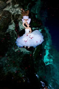 Trash the #dress in Riviera Maya, the perfect place for a funny day after your wedding. //