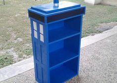 Le Tumblr alantronics propose un petit manuel pour construire une bibliothèque TARDIS de 90cm de haut et 48cm de large, le tout pour un budget d'environ 47€. De quoi décorer votre maison aux couleurs de la série si jamais l'envie de bricoler vous prend...