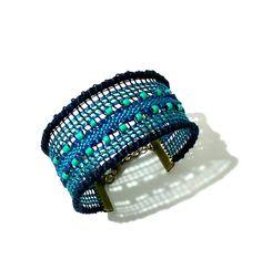 Bracelet manchette bleu en dentelle : Bracelet par pique-coeur-caro