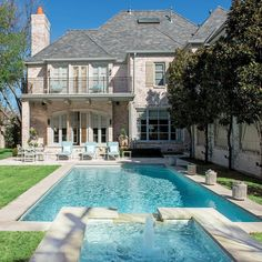 Cathy Kincaid is a master at stylish outdoor spaces, defying the Dallas heat by using cool furnishings and furnishings that nod to turquoise water and sky. Backyard Plan, Backyard Pool Designs, Beautiful Pools, Beautiful Space, Dyi, Home Modern, Luxury Pools, Building Exterior, Southern Homes