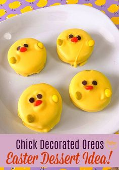These chocolate dipped chick Oreos are so cute. Such a fun Easter dessert idea! Cute Easter Desserts, Easter Snacks, Easter Recipes, Just Desserts, Dessert Recipes, Dessert Ideas, Easter Ideas, Baking Recipes, Chocolate Dipped Pretzels