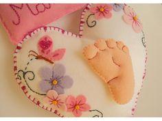 Enfeite de maternidade ou para o quartinho do bebê, confeccionado em feltro e totalmente costurado e bordado à mão. Personalizado com o nome do bebê. É possível fazer nas cores e detalhes de sua preferência. É possível fazer para menino, mudando os detalhes de acordo com a sua preferência. Medidas aproximadas: coração - 19 cm de altura x 20 cm de largura medida total, incluindo o nome bordado - 24 cm de altura x 20 cm de largura.