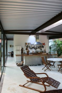 Visite o post para mais. Steel Frame House, A Frame House, Steel House, Architecture Plan, Interior Architecture, Aluminum Patio Covers, Zinc Roof, Apartment Plans, Forest House