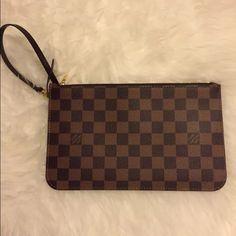 786a6b817b91 Louis Vuitton Neverfull MM Pouch Authentic Louis Vuitton Pouch that comes  with the Neverfull MM.