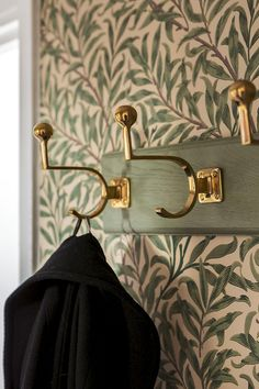 Gold hardware + botanical wallpaper - New Deko Sites Botanical Wallpaper, Deco Design, Design Design, Malm, Interior Inspiration, Interior And Exterior, Beautiful Homes, New Homes, House Design