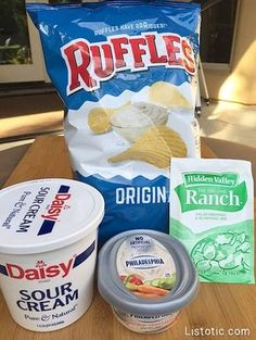 Super easy, 3 ingredient chip and veggie dip for parties! A real crowd pleaser! Appetizer Dips, Yummy Appetizers, Appetizers For Party, Cheese Appetizers, Appetizer Recipes, Filet Mignon Chorizo, Sauce Dips, Dipping Sauces, Cookies Receta
