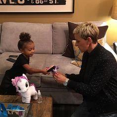 Olha a North West com a xuxa, ops Ellen!!