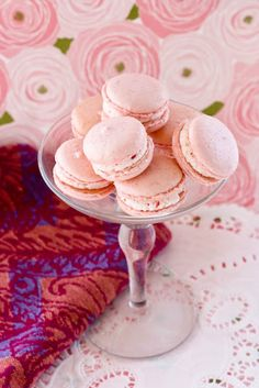 frensh macarons with delicous taste of strawberry. please look at our collection of food and drink in pictures and encourage us with a comment after watching the pictures : strawberry macarons Photos strawberry macarons Wallpapers awesome pictu. Cupcakes, Cupcake Cookies, Just Desserts, Delicious Desserts, Strawberry Macaroons, Yummy Treats, Sweet Treats, French Macaroons, Macaroon Recipes