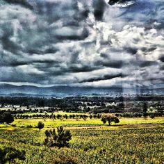 Desde la carretera se ve como se despeja el cielo después de la lluvia. Puebla.