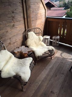 Korbsessel mit Lammfell auf dem Balkon #beistelltisch #korbsessel #balkonmöbel #lammfell #winterdeko ©Andrea_Fischer Lounge Chair, Rock Outfits, Shag Rug, Rugs, Rooftop, Clothing, Home Decor, Good Times, Basket