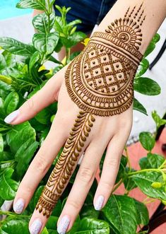 Browse this link to see our stunning mehndi designs and images to try in year You may easily make your personality more cute by just wearing these best mehndi arts nowadays. Simple Arabic Mehndi Designs, Indian Mehndi Designs, Stylish Mehndi Designs, Beautiful Mehndi Design, Bridal Mehndi Designs, Mehndi Designs For Hands, Henna Tattoo Designs, Mehndi Images, Mehndi Desing