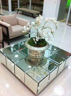 mesa espelhada com o arranjo de orquídeas