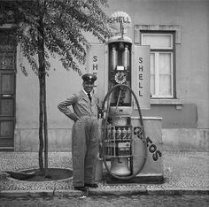 Fotografia sem data. Produzida durante a actividade do Estúdio Mário Novais: 1933-1983.  [CFT003 111133.ic] Old Gas Pumps, Vintage Gas Pumps, Old Pictures, Old Photos, Vintage Photos, Amazing Pictures, Royal Dutch Shell, Nostalgic Pictures, Pompe A Essence