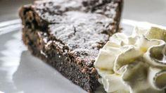 Leckerer schwedischer Kladdkaka Schokoladenkuchen, Rezept hier: http://hejsweden.com/schwedischer-kladdkaka-rezept-backen-schweden-ihren-schokoladenkuchen/