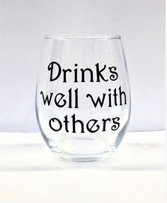 Drinks well with others - stemless wine glass stemless wine glass with permanent vinyl. Wine Glass Sayings, Wine Glass Crafts, Wine Craft, Wine Quotes, Diy Wine Glasses, Painted Wine Glasses, Wine Logo, Homemade Wine, Wine Guide