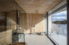 Pihasaunan sisä- ja ulkoseinät sekä katto ovat samaa, kapeaksi erikoissahattua oksatonta mäntypaneelia, joka ikään kuin jatkuu lasin läpi. Ulkona se on käsitelty valkoisella kuultomaalilla. Ikkunan ja oven valmisti Steel-Prisma-Metallit. Lattia on akryylia, suihku Hansgrohen Raindance.