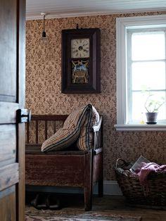 Tapet 'Nästgårds' - Brun - Gysinge | Tidstypisk tapet från andra halvan av 1800-talet med elegant medaljongmönster i enfärgstryck. Tapeten fanns i starkt ultramarinblå färg mot beige bakgrund i Nästgårdshusets nedre sal i Gysinge, förmodligen uppsatt år 1887. Den nya kulören – brunt – är en annan tidstypisk variant av ett enfärgstryck från tiden.