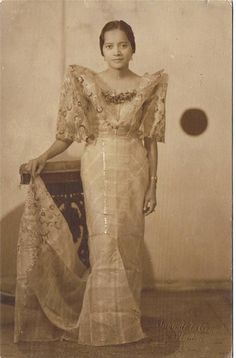 A studio portrait of a Filipina named Loleng. Philippine Fashion, Filipino Fashion, Baro't Saya, Old Photos, Vintage Photos, Black Background Painting, Miss Philippines, Filipina Beauty, Filipiniana