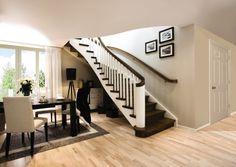 Escalia Geneve er en stilfull, delikat trapp som gjør seg godt med håndlister, trinn og stusstrinn i heltre eik, mens vanger, spiler og inn- gangsstolpe er hvite. Alt synlig treverk er behandlet med olje rustikk for å oppnå dypere farge og glans. Oppsalet vange og profilerte trinn skaper elegant kontrast mot hvite vanger. Den vakre, runde inngangsstolpen i empirestil med loddrette spor, skaper fin helhet sammen med de klassiske spilene.