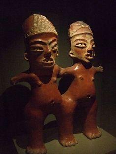 """Dos figuras femeninas de barro, """"mujeres bonitas"""" de Tlatilco, México; con las características """"piernas de cebolla"""" Trabajadas con la técnica de insición y pastillaje Período formativo temprano en el Altiplano Central Mexicano, alrededor de 1200-900 A de C."""