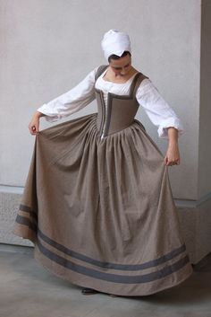 Tudor or Elizabethan kirtle. Working class dress- this would be so comfy for a day at the Texas Renaissance Festival!