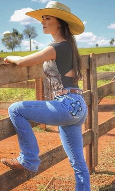Sexy Cowgirl Outfits, Country Girls Outfits, Cowgirl Fashion, Cute Country Girl, Country Women, Cowgirl Jeans, Cowgirl Clothing, Gypsy Cowgirl, Vaquera Sexy