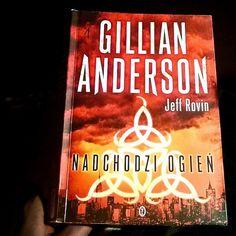 Minął już prawie rok odkąd przeczytałam pierwszy tom sagi końca ziemi a kolejnych tomów po polsku nie widać. Czas rozpocząć polowanie na wydania w oryginale bo usycham z ciekawości co wydarzyło sie dalej. Czytaliście książki Gillian Anderson albo planujecie je przeczytać?  #GillianAnderson #AVisionOfFire #bookrecommendations #bookrecommendation #polecamksiążkę #bookstagram #books #book #książka #książki #ksiazka #ksiazki #regał #currentlyreading #czytam #TBR2017 #goodreadsreadingchallenge…