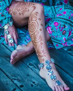 Are you looking for some gorgeous foot mehndi designs? Here we've enlisted some of the best foot mehndi designs for the bride-to-be Henna Hand Designs, Bridal Henna Designs, Mehndi Art Designs, Henna Tattoo Designs, Bridal Mehndi, Leg Mehendi Design, Leg Mehndi, Henna Mehndi, Mehndi Tattoo