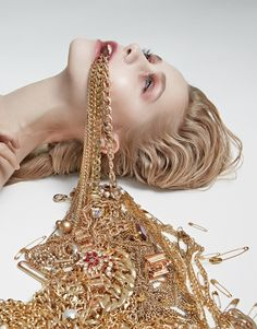 Capitalism gold aesthetic, source d'inspiration, fashion photography i Jewelry Photography, Creative Photography, Portrait Photography, Fashion Photography, Gold Aesthetic, Jewelry Editorial, Art Inspo, Art Direction, Pretty