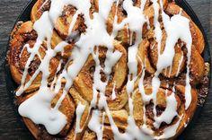 Esta travessa de cinnamon rolls é ideal para dividir com os amigos