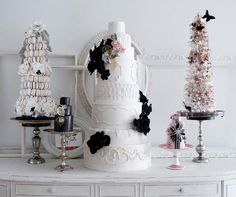 Get tips on choosing, tasting, ordering and buying your wedding cake.