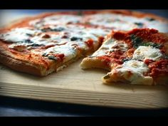 Discover where to find Naples' best food, from thin-crust pizza to street eats and delicious pastries, with our gourmet city guide. Pizza Legal, Thin Crust Pizza, Low Carb Pizza, Pizza Cheese, Pizza Dough, Veggie Pizza, Flatbread Pizza, Mac Cheese, Cooking