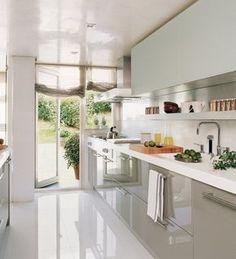 Cocina larga con salida al patio #cocinaspequeñasmodernas