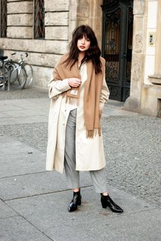 Horkucks If you're looking for some fresh inspiration on how to wear your grey pants for fall and winter look no further than this chic inspiration from Laura Matuszczyk of
