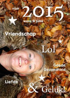 Maak je eigen cover kaart. Wijzig de achtergrondfoto. Je kunt alle tekst veranderen, nog tekst toevoegen en sterretjes verschuiven. Te vinden op: https://www.kaartje2go.nl/nieuwjaarskaarten
