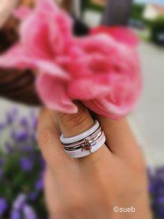 iXXXi Jewelry ist ein hochwertig, trendiges Wechselring-Schmucksystem aus Edelstahl. Es besteht aus einem Basisring mit Zierringen, Armbändern, Fussketten, Halsketten, Ohrringen und Sonnenbrillen, die in vielen Farben zusammengesetzt und kombiniert werden können. Da es eine Männer und eine Frauen-Kollektion gibt, ist es ein perfektes Geschenk, das jederzeit durch einen Zierring erweitert und verändert werden kann. Wedding Rings, Engagement Rings, Shopping, Beauty, Jewelry, Fashion, Sunglasses, Stainless Steel, Gift