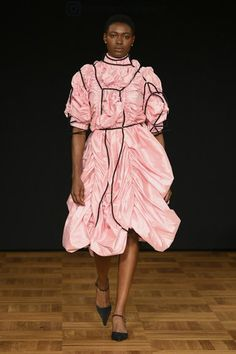 Swedish School of Textiles Stockholm Spring 2019 Fashion Show Collection: See the complete Swedish School of Textiles Stockholm Spring 2019 collection. Look 55 Ukraine, Istanbul, Seoul, Autumn Fashion 2018, Fashion Spring, Stockholm, Global Style, School Looks, Fashion Show Collection